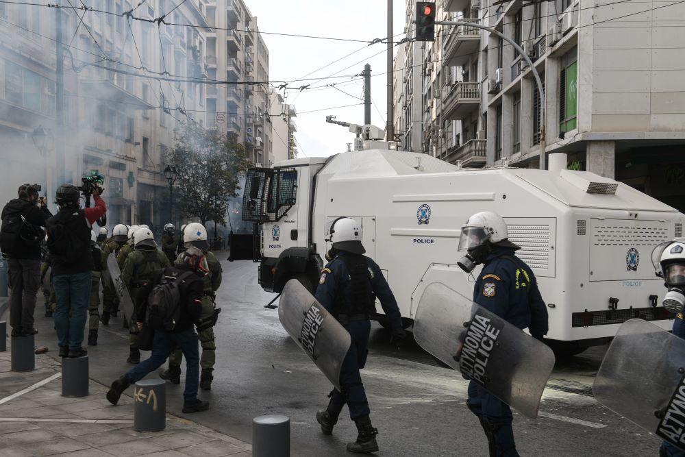 Επέτειος Πολυτεχνείου: Αύρες της ΕΛ.ΑΣ ρίχνουν νερό στους συγκεντρωθέντες του ΚΚΕ για να διαλυθούν από τα Προπύλαια – ΒΙΝΤΕΟ