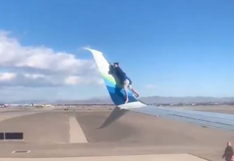 Απίστευτο: Άνδρας σκαρφάλωσε στο φτερό αεροπλάνου πριν την απογείωση – Στιγμές αλλοφροσύνης πριν τη σύλληψη – ΒΙΝΤΕΟ