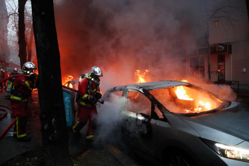 Γαλλία: Σοβαρά επεισόδια στο Παρίσι -Kουκουλοφόροι πυρπολούν αυτοκίνητα /ΒΙΝΤΕΟ,ΦΩΤΟ