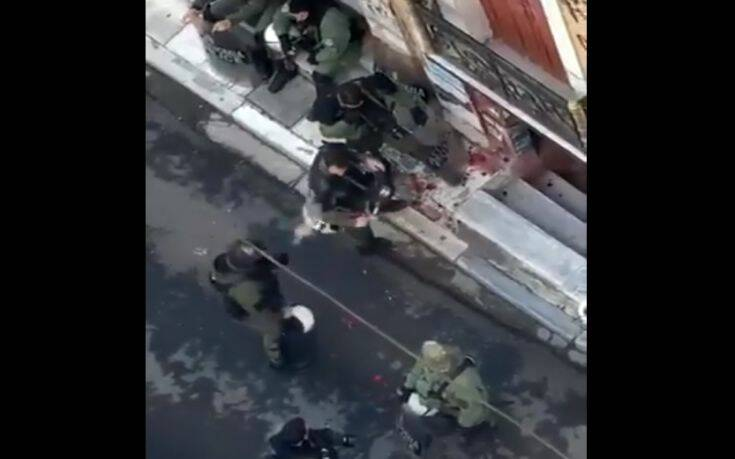 Αστυνομικός πήρε τα λουλούδια από το μνημείο του Γρηγορόπουλου και άρχισε να αστειεύεται με συνάδελφό του –  Έρευνα της ΕΛ.ΑΣ /ΒΙΝΤΕΟ