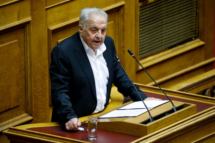 """Εντοπίστηκε το όχημα του Αλέκου Φλαμπουράρη: Το """"σήκωσε"""" ο γερανός του δήμου Αθηναίων – ΒΙΝΤΕΟ"""