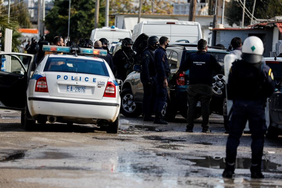 """Μεγάλη επιχείρηση της ΕΛΑΣ παρουσία εισαγγελέα σε Ζεφύρι, Άνω Λιόσια και Μενίδι με φόντο τις """"αδέσποτες"""" σφαίρες"""