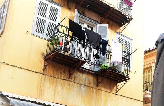 Τραυματίστηκε ηλικιωμένη όταν κατέρρευσε το μπαλκόνι της – Έπεσε από ύψος 10 μέτρων / ΒΙΝΤΕΟ