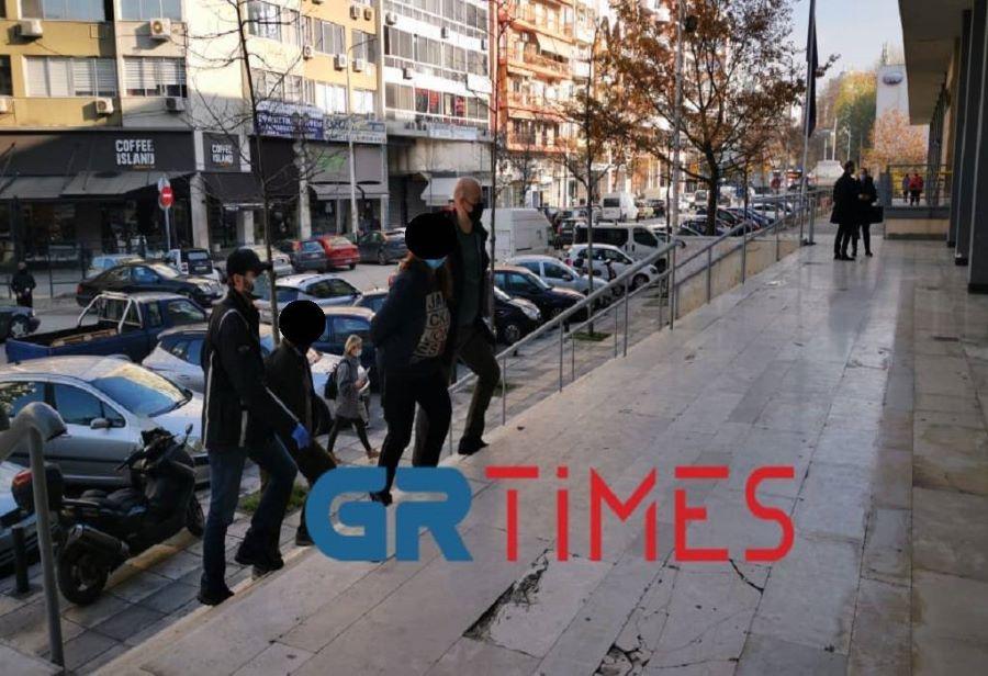 """Θεσσαλονίκη: Προφυλακίστηκαν οι """"τσιλιαδόροι"""" γιαγιά και ο σύντροφός της για τον θάνατο του 86χρονου"""