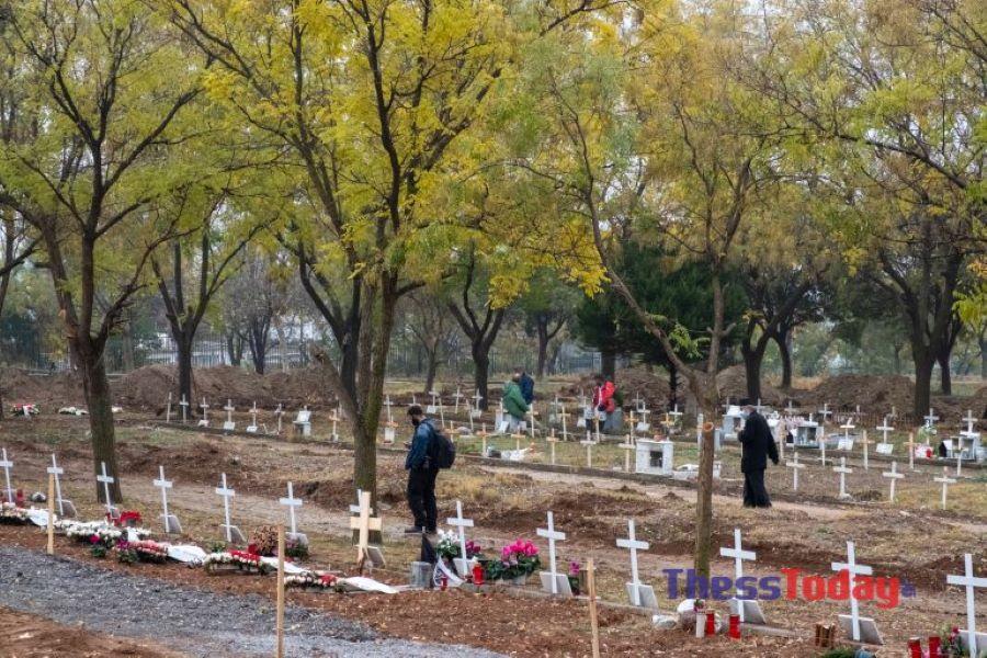 Κορονοϊός: Σκάβουμε τάφους μέσα στο σκοτάδι – Συγκλονίζουν οι εργάτες στα κοιμητήρια της Θεσσαλονίκης – ΦΩΤΟ