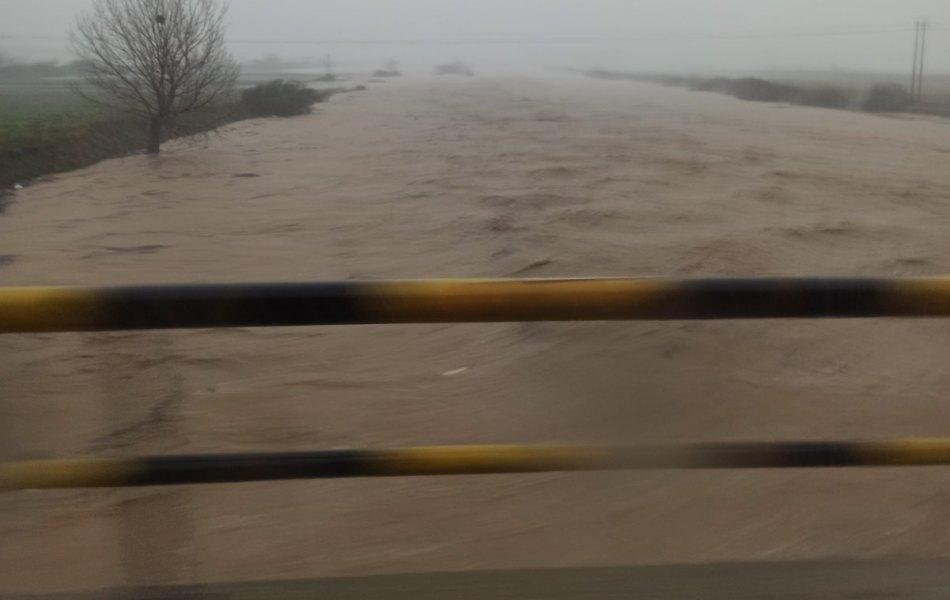 Ροδόπη : Πλημμύρες και προβλήματα στο οδικό δίκτυο από τη καταιγίδα – Σε επιφυλακή για τις πλημμύρες στα ποτάμια του Έβρου / ΒΙΝΤΕΟ, ΦΩΤΟ