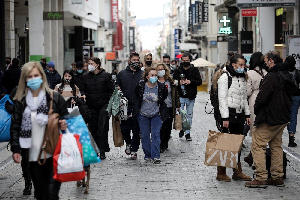 Ουρές για τα τελευταία ψώνια στο κέντρο της Αθήνας /ΦΩΤΟ