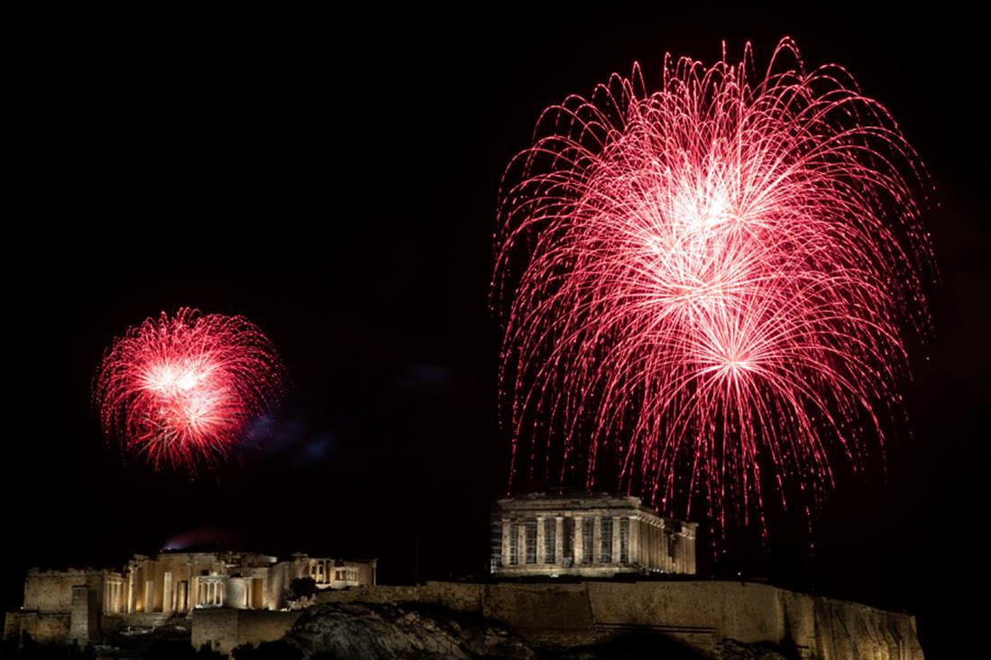 Mε πυροτεχνήματα υποδέχθηκε η Αθήνα το 2021 /ΦΩΤΟ