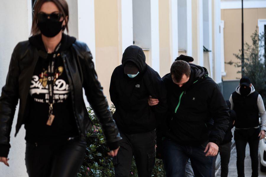 Γιατί δεν προφυλακίστηκαν οι δυο ανήλικοι δράστες της επίθεσης στον σταθμάρχη – Τι είπαν στις απολογίες τους