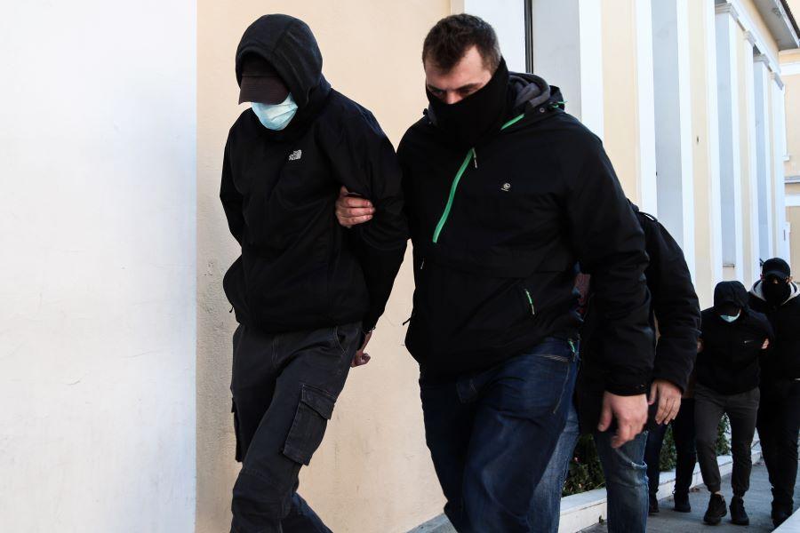Ελεύθεροι με περιοριστικούς όρους αφέθηκαν οι δύο ανήλικοι για τον ξυλοδαρμό του σταθμάρχη