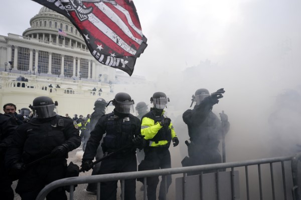 LIVE:  Χάος στις ΗΠΑ – Οπαδοί του Τραμπ εισέβαλαν στο Καπιτώλιο – Στρατιώτες της Εθνικής Φρουράς στο Καπιτώλιο – Μια νεκρή / ΒΙΝΤΕΟ