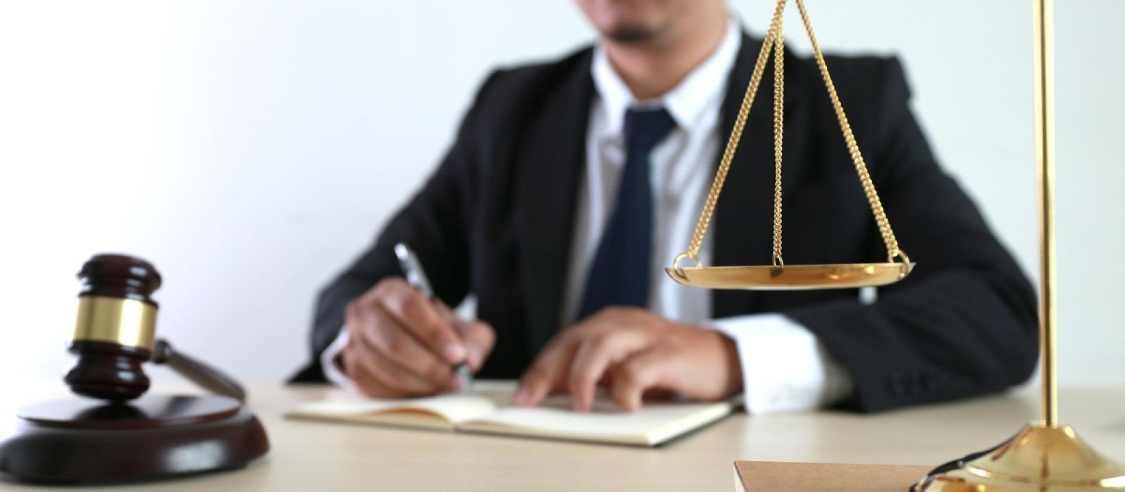 Τα έσπασαν οι δικηγόροι με την κυβέρνηση – Αποχωρούν από το διάλογο για το επίδομα των 400 ευρώ