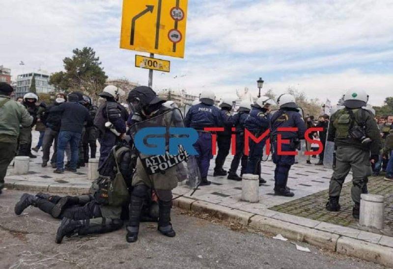 Ένταση και προσαγωγές στο φοιτητικό συλλαλητήριο στη Θεσσαλονίκη – Πληροφορίες για έναν τραυματία – ΒΙΝΤΕΟ – ΦΩΤΟ
