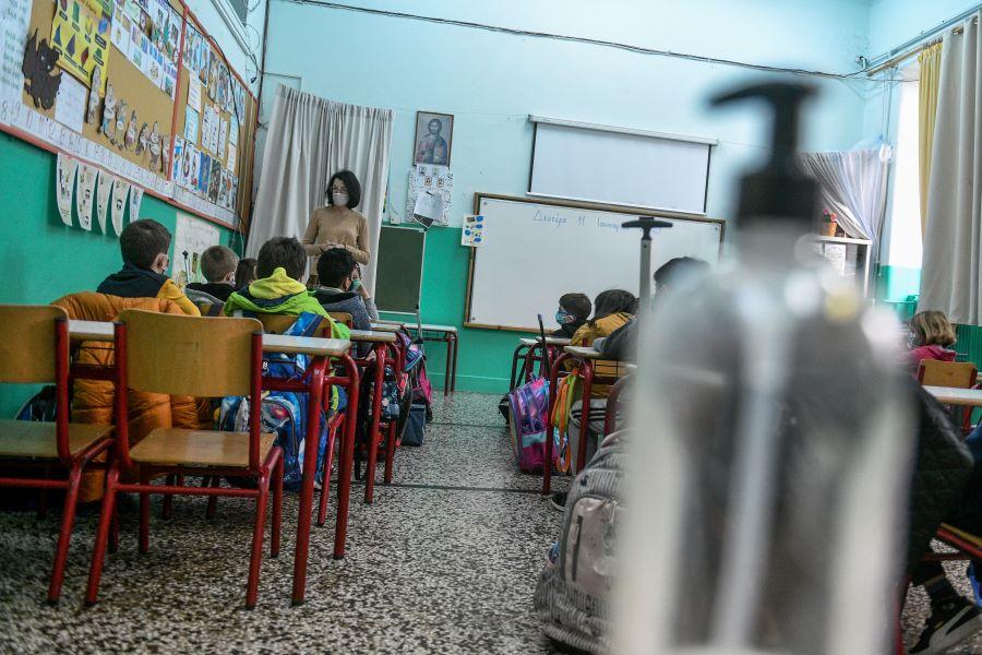 Σχολεία: Έτσι θα επιστρέψουν οι μαθητές στα θρανία – Τι αλλάζει στα πρωτόκολλα – ΒΙΝΤΕΟ