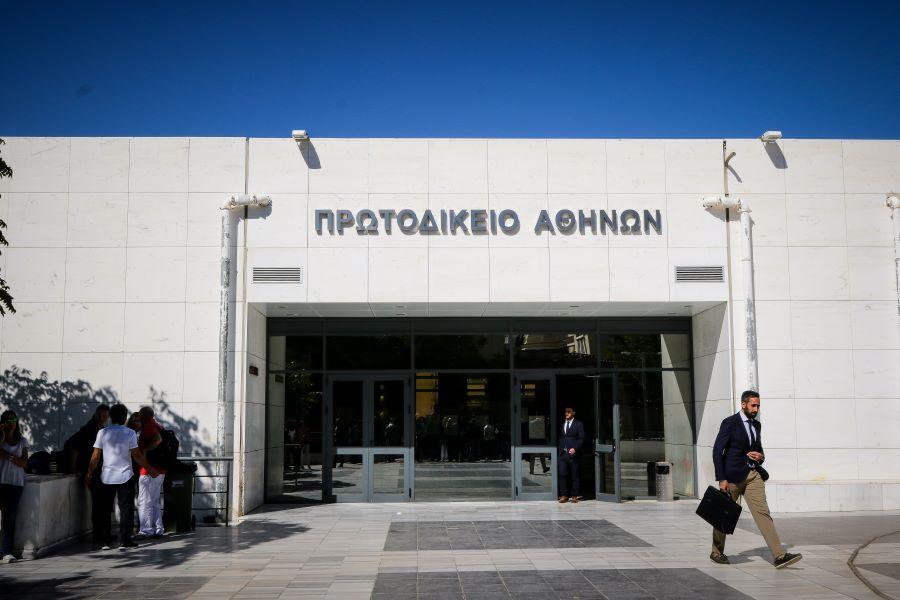 οι νομικοί εκπρόσωποι της ΑΔΕΔΥ και του Εργατικού Κέντρου Αθηνών εισέφεραν στο δικαστήριο τα δελτία τύπου των ομοσπονδιών και των σωματείων εκπαιδευτικών και εργαζομένων στα μέσα μαζικής μεταφοράς με τις τροποποιήσεις στις κινητοποιήσεις τους προκειμένου να μην διαταραχτεί η διαδικασία των πανελληνίων εξετάσεων.