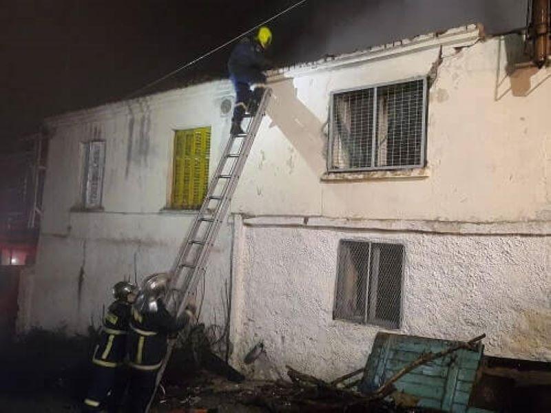 Σέρρες: Κατέρρευσε οροφή σπιτιού από φωτιά – Γείτονες απομάκρυναν τον ένοικο του φλεγόμενου κτιρίου – ΒΙΝΤΕΟ – ΦΩΤΟ