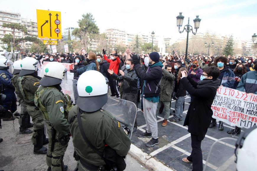 """ΣΥΡΙΖΑ – ΝΔ: """"Πόλεμος"""" ανακοινώσεων για το """"που κολλάει"""" ο κορονοϊός"""
