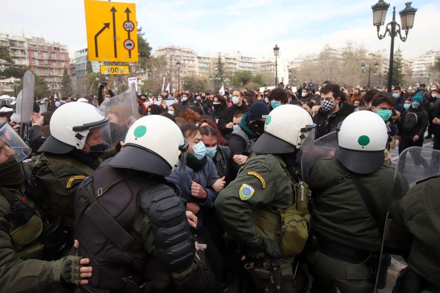 Γιατί η αστυνομία απαγόρευσε τις δημόσιες συναθροίσεις άνω των 100 ατόμων – Εξηγήσεις Οικονόμου: Μέχρι σήμερα το όριο ήταν 9 άτομα – ΒΙΝΤΕΟ