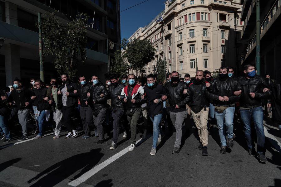 Θυελλώδεις οι αντιδράσεις των κομμάτων της αντιπολίτευσης για την απαγόρευση των συναθροίσεων άνω των 100 ατόμων