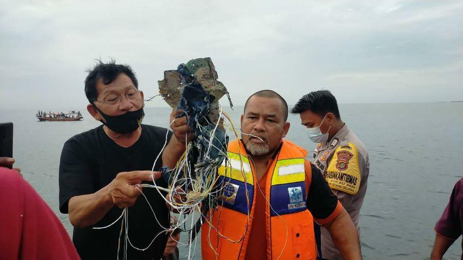 Το θρίλερ κατέληξε σε τραγωδία: Εντοπίστηκαν τα συντρίμμια του αεροσκάφους που είχε εξαφανιστεί από τα ραντάρ στην Ινδονησία – ΒΙΝΤΕΟ – ΦΩΤΟ