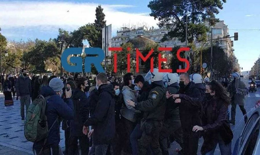 Θεσσαλονίκη: Ένταση με φοιτητές και ΜΑΤ στην πλατεία Αριστοτέλους – BINTEO