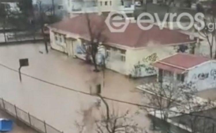 Πλημμύρισε νηπιαγωγείο και σχολείο στον Έβρο – Εγκλωβισμένοι μαθητές δημοτικού – ΒΙΝΤΕΟ – ΦΩΤΟ