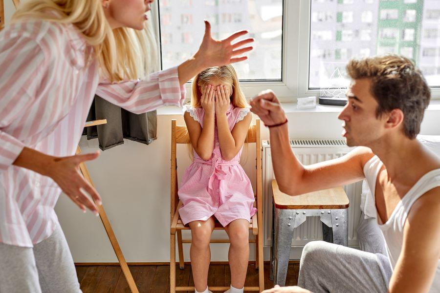 Νέα εποχή (με διαρροές στην ψηφοφορία) για το Οικογενειακό Δίκαιο: Τι προβλέπει το νομοσχέδιο για τη «συνεπιμέλεια»