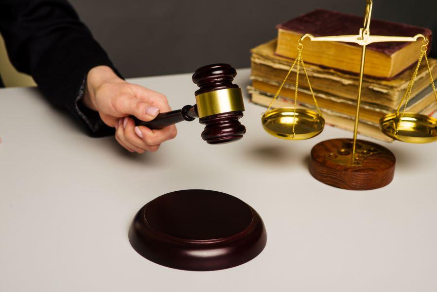 Δικαστική απόφαση-σταθμός στα Χανιά: Εργοδότης καταδικάστηκε σε φυλάκιση γιατί εκβίαζε τους εργαζόμενους