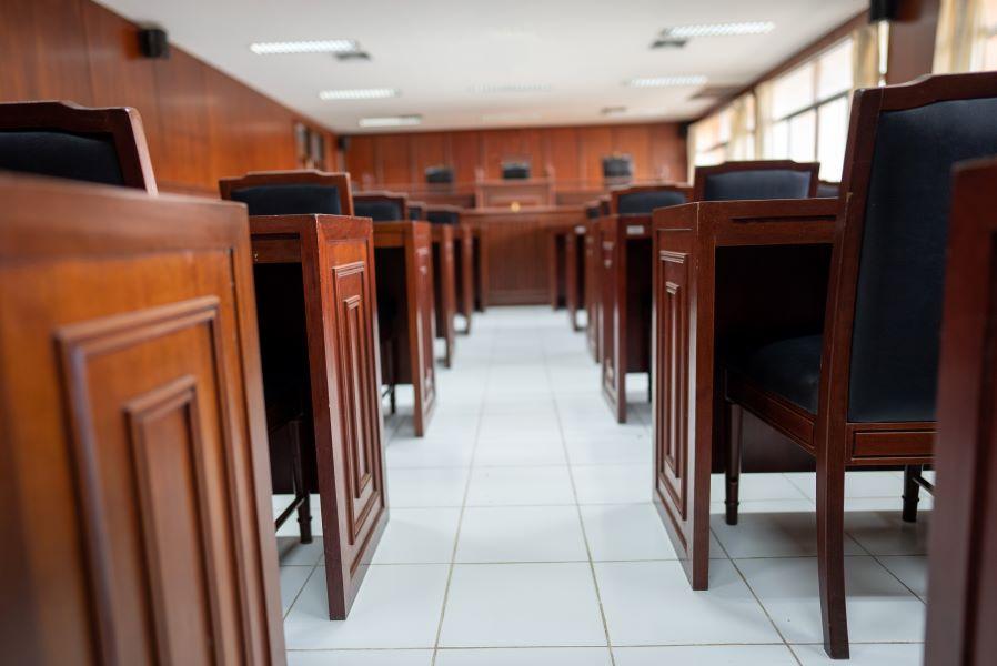 Πώς θα απασχολούνται και αποζημιώνονται οι δικηγόροι για παροχή νομικής βοήθειας σε ποινικές δίκες μακράς διαρκείας – Τι προβλέπει η υπουργική απόφαση