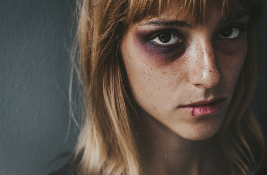 Σοκαριστική υπόθεση στη Χαλκίδα: Πήγε να την σκοτώσει με κηροπήγιο μπροστά στα μάτια του παιδιού τους
