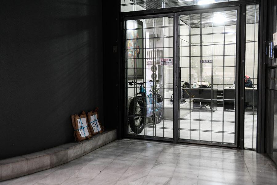 Έκρηξη από γκαζάκια στην είσοδο κτηρίου στο Παγκράτι όπου στεγάζονται τα γραφεία τριών εφημερίδων – BINTEO – ΦΩΤΟ