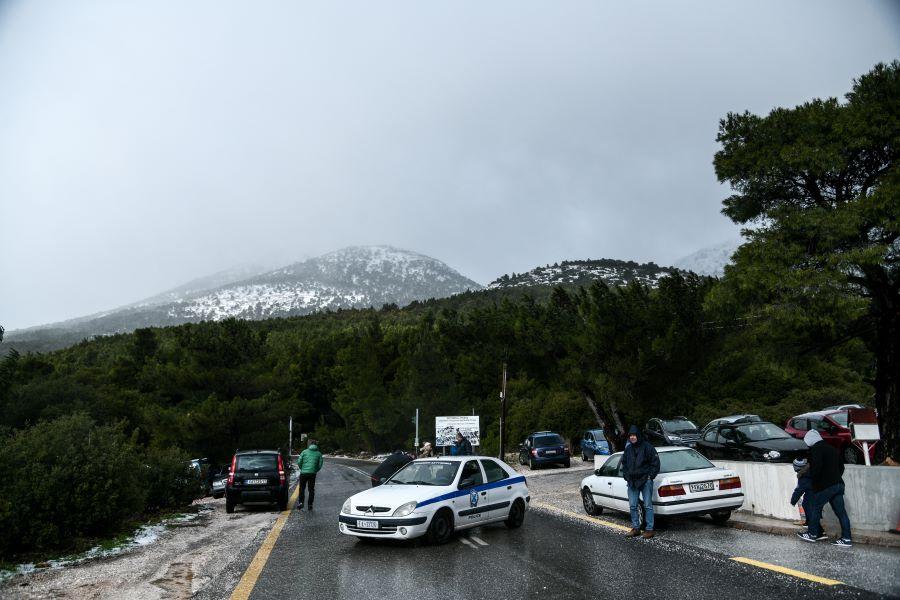Τρελό μποτιλιάρισμα στην Πάρνηθα: Η Τροχαία διέκοψε την κυκλοφορία σε 3 σημεία