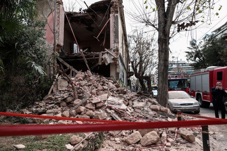 Κατέρρευσε μέρος κτηρίου στην Πατησίων – Επί τόπου η Πυροσβεστική – Εντοπίστηκε σώος ένας άνδρας – ΦΩΤΟ