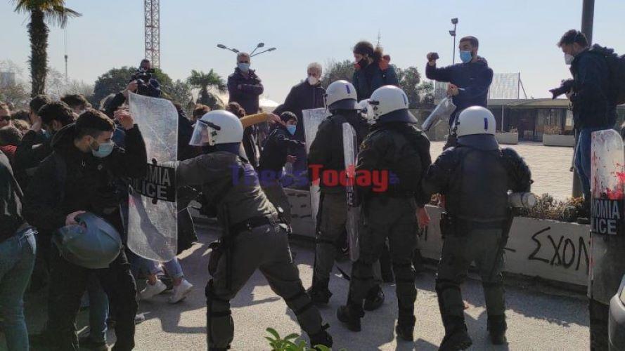 Θεσσαλονίκη: Μάχες σώμα με σώμα μεταξύ διαδηλωτών και αστυνομικών στην Πρυτανεία του ΑΠΘ – Λιποθυμίες και χημικά – BINTEO – ΦΩΤΟ