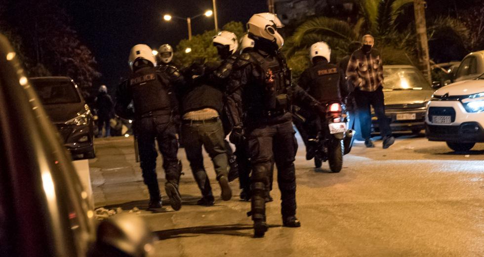 Νέα Σμύρνη: Νέο υλικό αποκαλύπτει ξυλοδαρμό γυναίκας από αστυνομικό κατά τη διάρκεια των επεισοδίων – ΒΙΝΤΕΟ