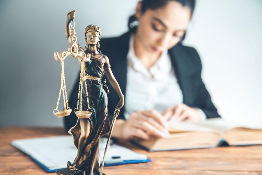 αγαλμα δικαιοσύνης καιι γυναικα που γράφει