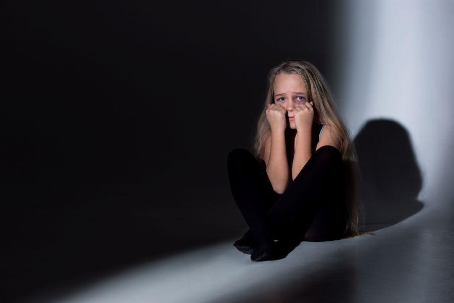 Θεσσαλονίκη: Εφιάλτης για 15χρονη – Καταγγέλλει ότι την κακοποιούσε σεξουαλικά η μητέρα της κι ο εραστής της και ότι έπεσε θύμα βιασμού από 17χρονο