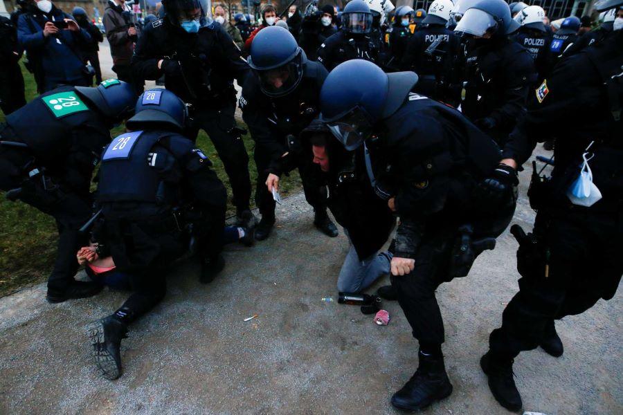 """""""Πόλεμος"""" για το lockdown σε Βρετανία και Γερμανία – Μάχες σώμα με σώμα μεταξύ διαδηλωτών και αστυνομικών – ΒΙΝΤΕΟ – ΦΩΤΟ"""