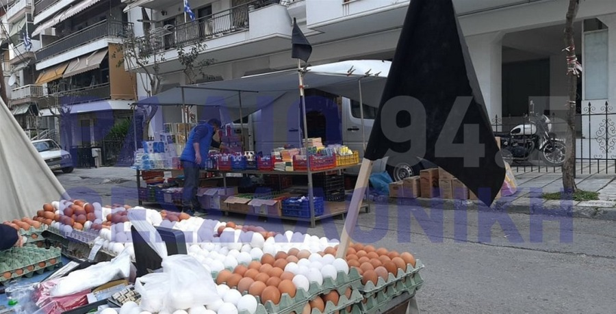 """""""Πόλεμος"""" στις λαϊκές: Μαύρες σημαίες από σήμερα στη Θεσσαλονίκη – Σταμπουλίδης: Οι νέες ρυθμίσεις θα φέρουν τα παιδιά τους στη δουλειά – ΦΩΤΟ"""