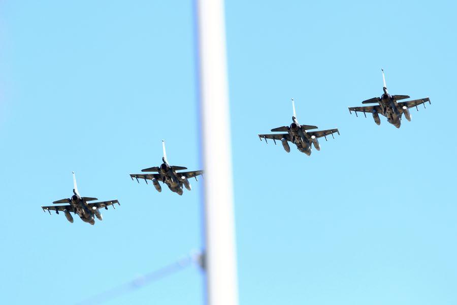 """25η Μαρτίου: Η στιγμή που μαχητικά αεροσκάφη F-16 """"έσκισαν"""" τον ουρανό της Θεσσαλονίκης – ΒΙΝΤΕΟ – ΦΩΤΟ"""