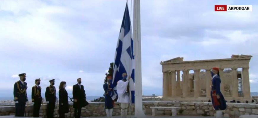 Υπερηφάνεια και συγκίνηση στην έπαρση της ελληνικής σημαίας στην Ακρόπολη παρουσία της ΠτΔ και του Πρωθυπουργό – ΒΙΝΤΕΟ – ΦΩΤΟ