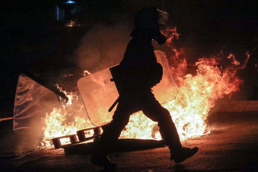 Νέα Σμύρνη: Δέκα τραυματίες αστυνομικοί – 16 συλλήψεις και 11 προσαγωγές