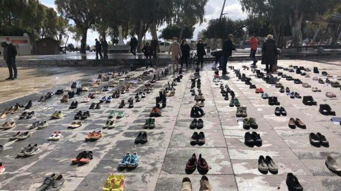 Ηράκλειο: Γιατί γέμισε με παπούτσια η πλατεία Ελευθερίας