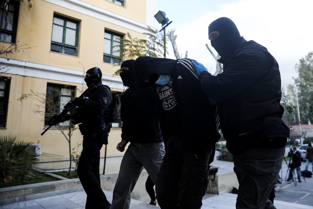"""Ο δικαστικός """"απολογισμός"""" για τη Νέα Σμύρνη: 3 προσωρινά κρατούμενοι για την επίθεση στον αστυνομικό και 16 ελεύθεροι με όρους για τα επεισόδια"""