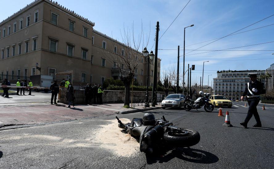 ΒΙΝΤΕΟ – ΝΤΟΚΟΥΜΕΝΤΟ: Καρέ καρέ το τροχαίο έξω από τη Βουλή που οδήγησε στον θάνατο του 23χρονου Ιάσωνα