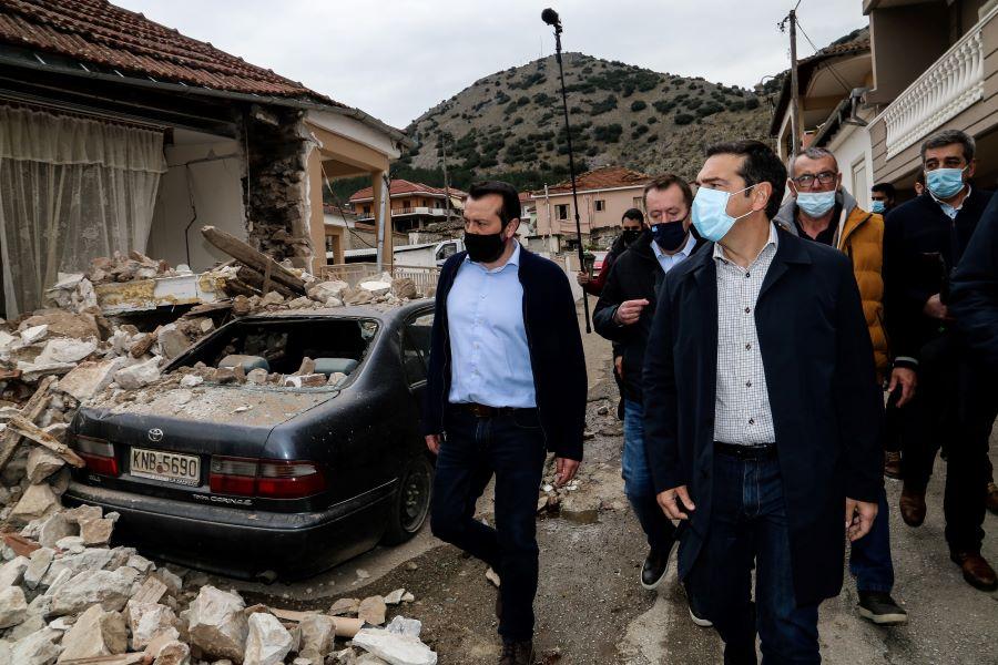 Ο Τσίπρας στις πληγείσες από τον σεισμό περιοχές της Θεσσαλίας: Αυτό που προέχει είναι να δοθούν οι αποζημιώσεις στους σεισμόπληκτους – ΒΙΝΤΕΟ – ΦΩΤΟ
