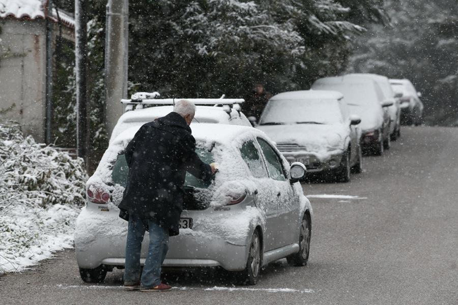 """Στα """"λευκά"""" ξύπνησαν οι κάτοικοι στα βόρεια προάστια: Χιονιάς – εξπρές στην Αττική – ΒΙΝΤΕΟ – ΦΩΤΟ"""