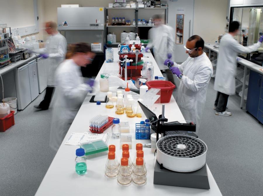 Η δίκη της AstraZeneca – Ξεκίνησε στις Βρυξέλλες η διαδικασία: Με τί απειλείται η εταιρία, τί θα γίνει με τα εμβόλια