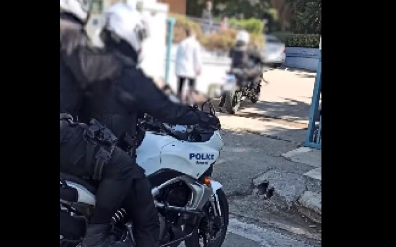 Αστυνομικοί έσωσαν 4χρονο αγόρι – Σε όλη τη διάρκεια της μεταφοράς ένας από τους αστυνομικούς, πραγματοποιούσε μαλάξεις στην καρδιά του παιδιού /BINTEO