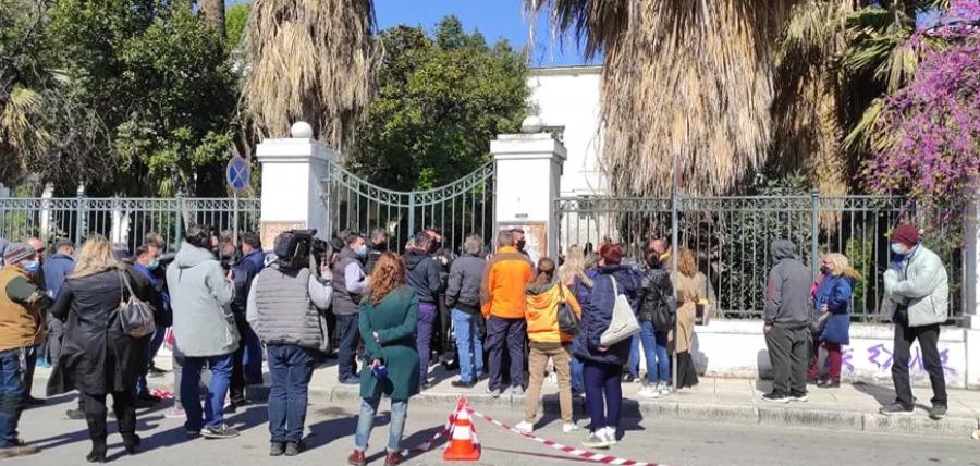 Βόλος: Οργή έξω από τα δικαστήρια – Συγγενείς και φίλοι των δύο αδελφών προπηλάκισαν τον φερόμενο ως δράστη του διπλού φονικού – ΦΩΤΟ